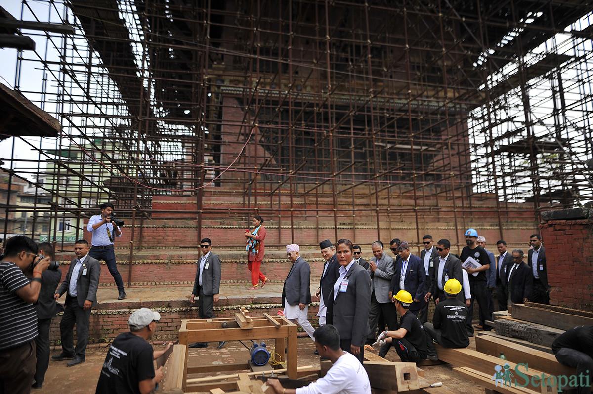 काठमाडौंमा रहेको त्रिपुरा सुन्दरी मन्दिरको पूनर्निर्माणको काम अवलोकन गर्दै प्रधानमन्त्री केपी शर्मा ओली लगायत। तस्बिरः नारायण महर्जन