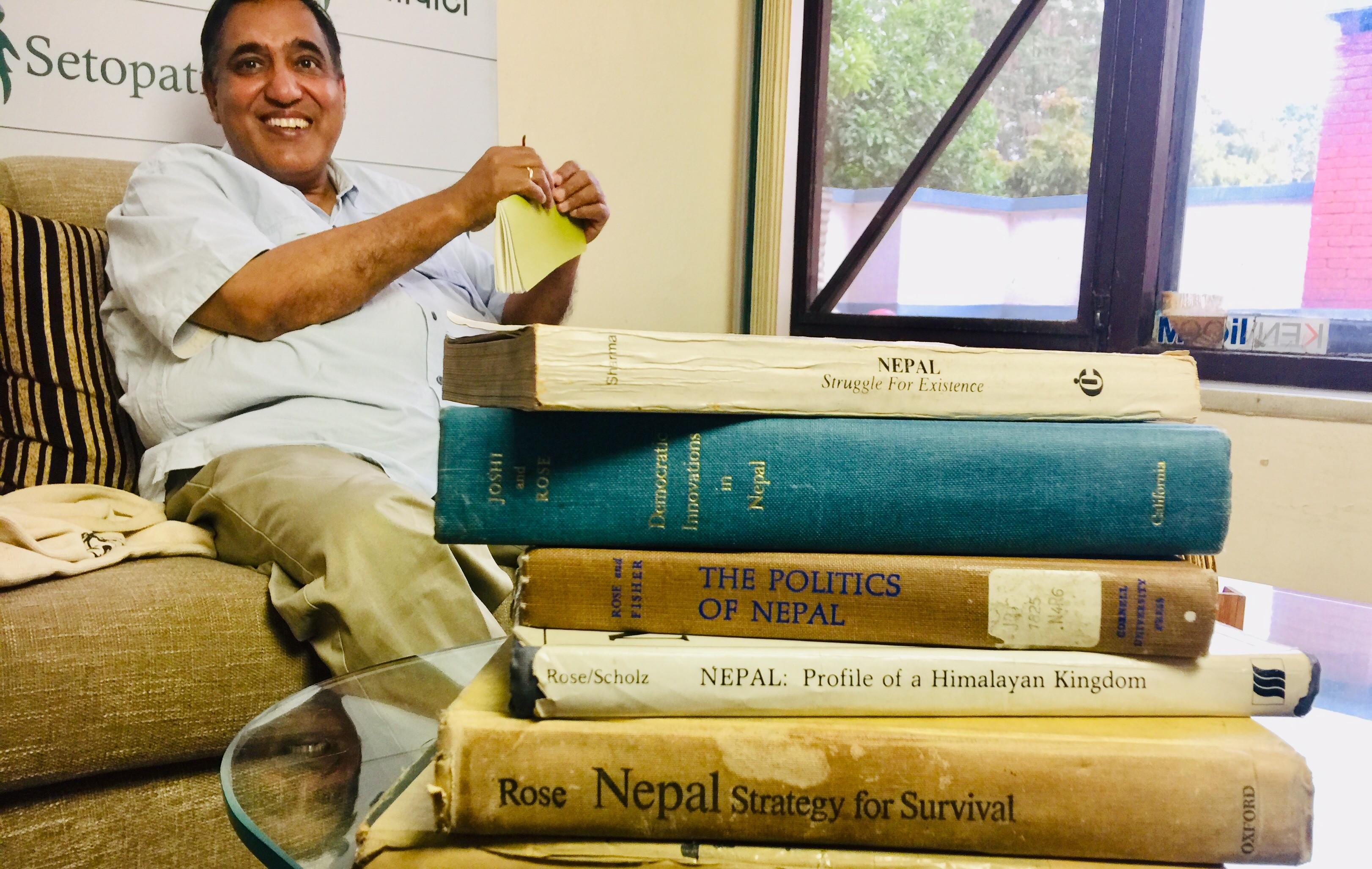 पञ्चायतमा प्रतिबन्धित किताबहरूसँग हरि शर्मा।  तस्बिरः सेतोपाटी
