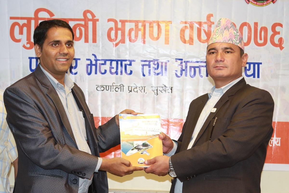 कर्णाली प्रदेशका पर्यटनमन्त्री बुढालाई लुम्बिनी भ्रमण वर्षको निम्तो पत्र दिँदै 'लुम्बिनी भ्रमण बर्ष' प्रचारप्रसार उपसमितिका संयोजक आचार्य । तस्वीरः दिपकजंग शाही/सेतोपाटी
