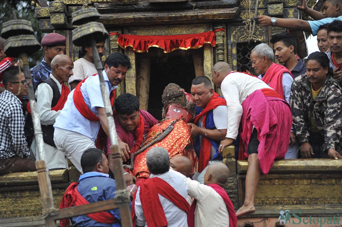 रातो मच्छिन्द्रनाथ (बुंगद्य) को मूर्तिलाईआइतबार पाटनको पुल्चोकमा रथारोहण गरिँदै। वर्षकै लामो यो रथयात्रा बुधबारबाट सुरु हुनेछ। तस्बिर: नारायण महर्जन/सेतोपाटी