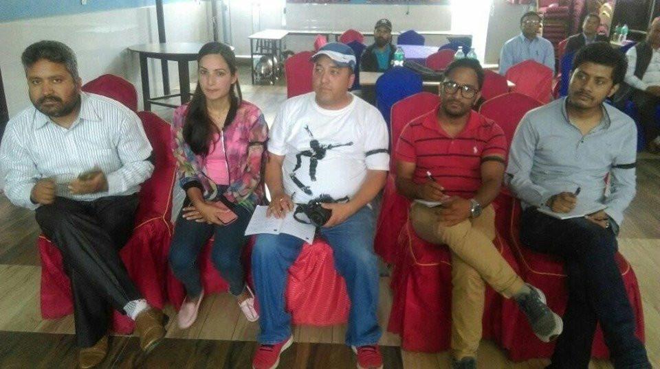 हातमा कालोपट्टी बाँधेर रिपोर्टिङ गरिरहेका गोरखाका पत्रकार। तस्बिर : सेतोपाटी