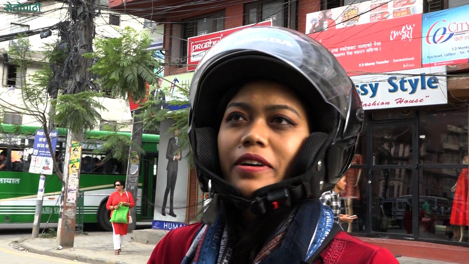 मोटरसाइकलको पछाडि बस्नेले हेल्मेट लगाउनै पर्ने नियमबारे के भन्छन् चालक?