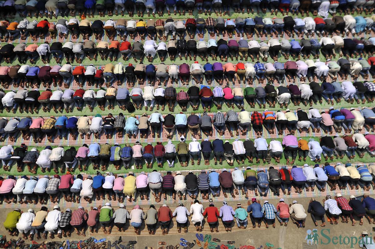 आफ्नो सबभन्दा ठूलो चाड रमादानका अवसरमा घन्टाघरको जामे मस्जिदमा प्रार्थना गर्दै मुस्लिम धर्मालम्वीहरू। तस्बिरः नारायण महर्जन/सेतोपाटी