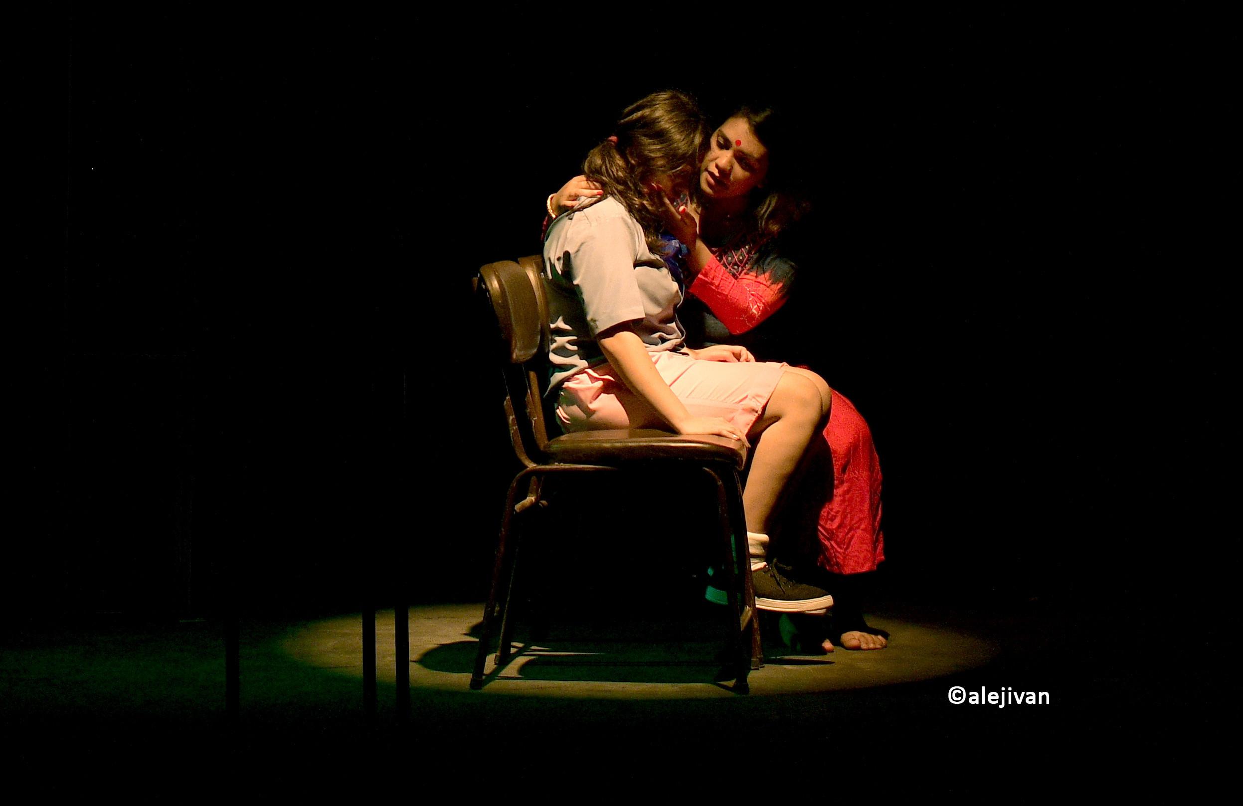 नाटककार घिमिरे युवराज र अमजद प्रवेजद्वारा निर्देशित नाटक 'आँधीको मनोरम नृत्य' को एक दृश्य।