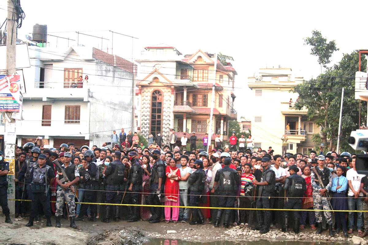 सुकेधारामा बम पड्केपछि घटनास्थलमा सुरक्षाकर्मी र स्थानीयको भीड। तस्बिर: निशा भण्डारी/सेतोपाटी
