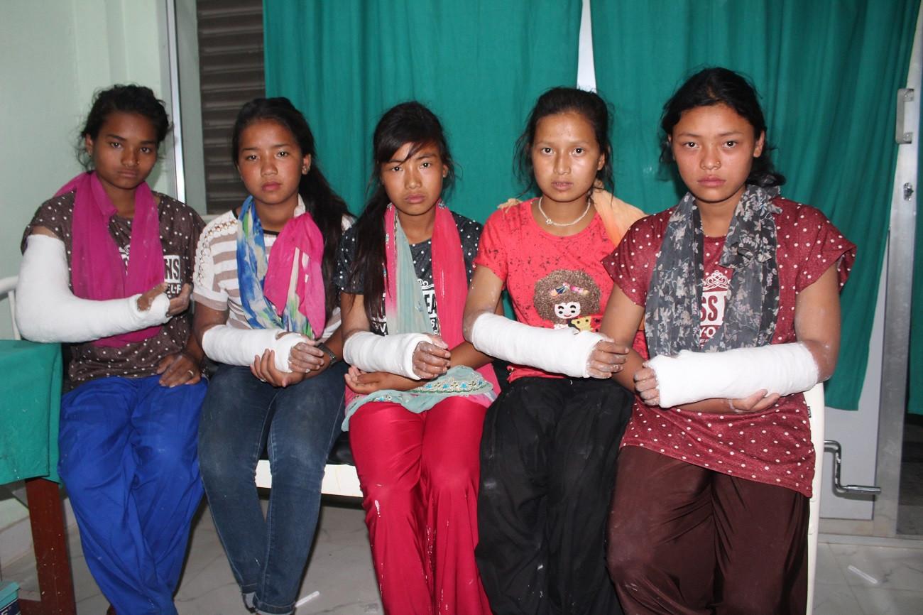 रोल्पामा शिक्षिकाको कुटाइबाट घाइते भइ उपाचारको लागि दाङ ल्याइएका ५ जना छात्रा। तस्विर सौजन्य – ओपेन्द्र बस्नेत ।