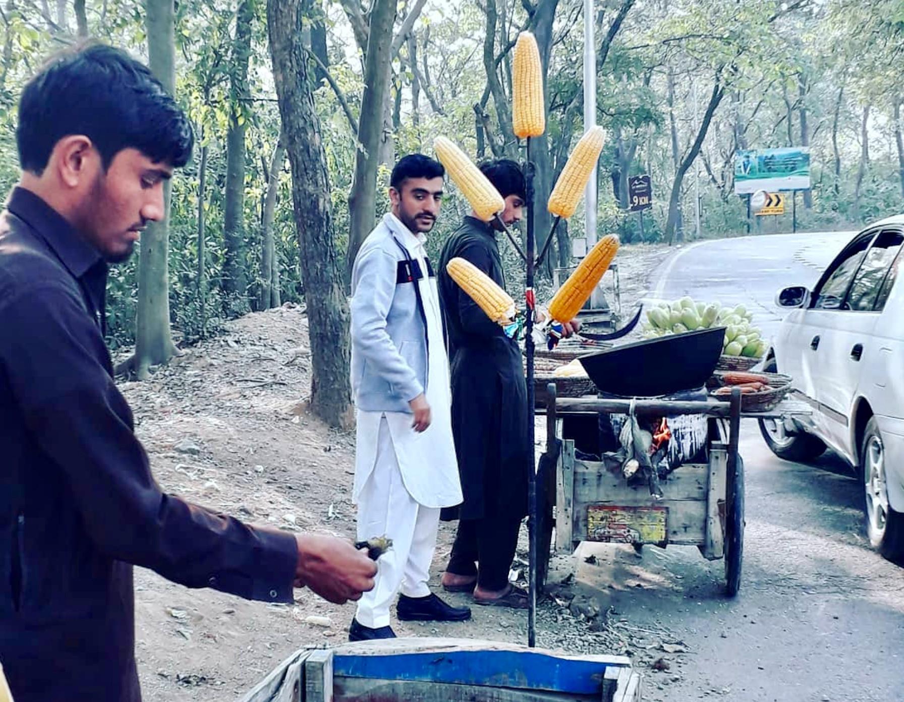 पाकिस्तानको मार्गला पहाड जाने बाटोमा मकै बेच्दै स्थानीय। तस्बिर: सञ्जीव पोखरेल