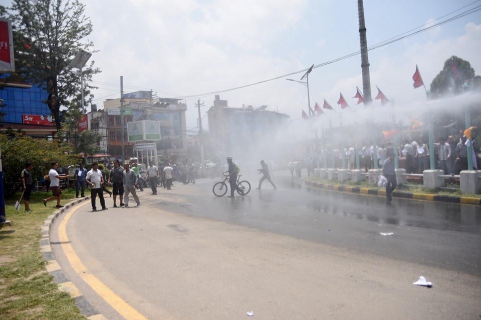 सरकारले संघीय संसदमा दर्ता गरेको गुठीसम्बन्धी विधेयकविरूद्ध आइतबार राजधानीको माइतीघर मण्डलमा भएको प्रदर्शनमाथि पानीको फोहोरा छाडिँदै। तस्बिर: सेतोपाटी
