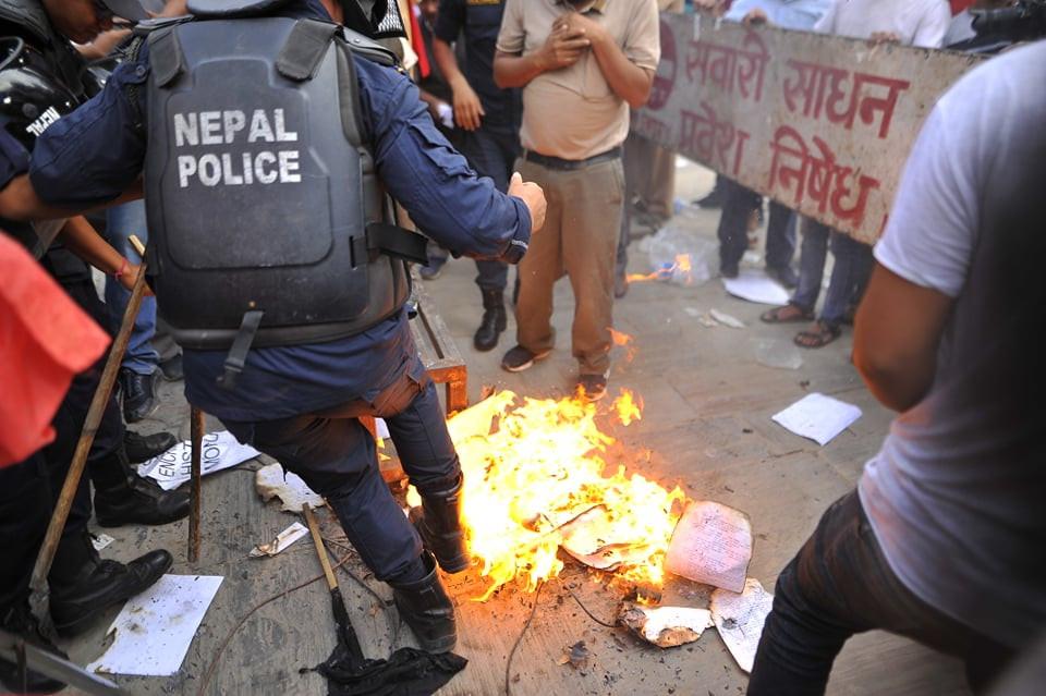 काठमाडौंमा मंगलबार आयोजित विरोध प्रदर्शन क्रममा गुठी विधेयक जलाइँदै। तस्बिर: नारायण महर्जन/सेतोपाटी