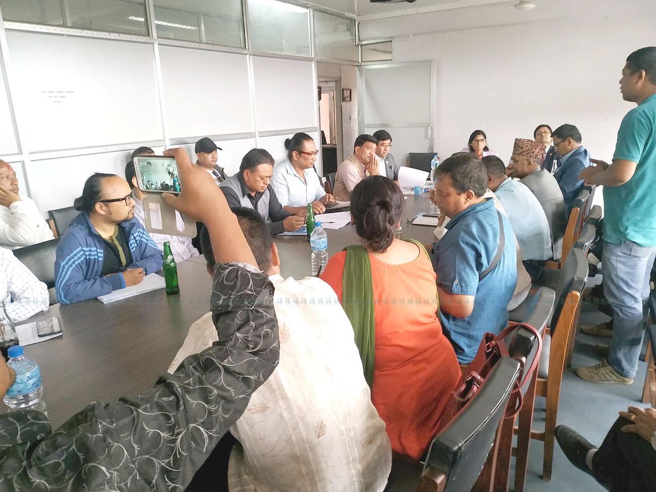 बुधबार मन्त्री अर्याल, काठमाडौंका जनप्रतिनिधि र गुठियारबीच भूमि सुधार मन्त्रालयमा भएको छलफल। तस्बिर: बिनु सुवेदी/सेतोपाटी