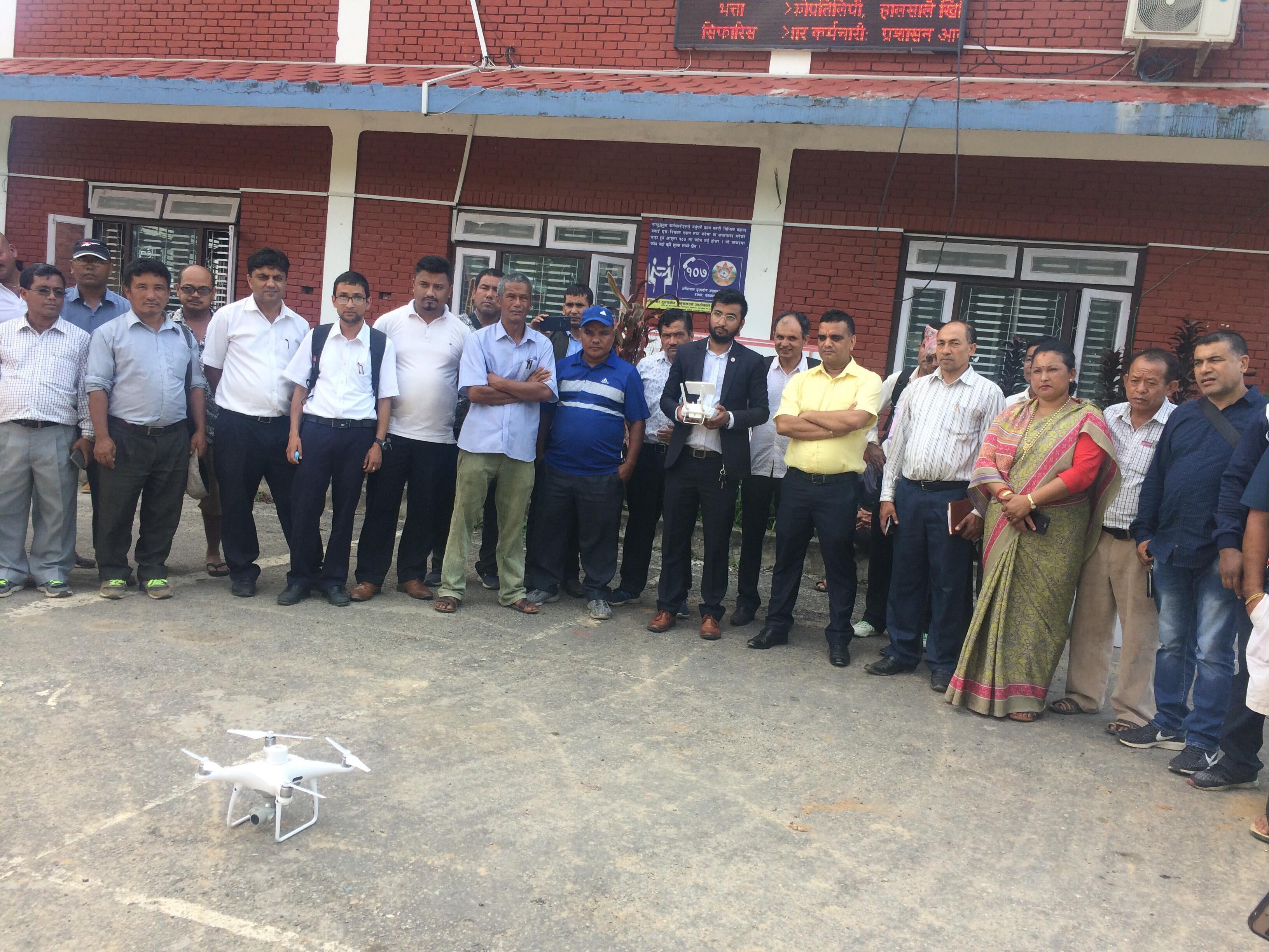 ड्रोन परीक्षण गर्दै गोरखा नगरपालिकाका जनप्रतिनिधी र कर्मचारीहरू। तस्बिरः अनुपमा खनाल
