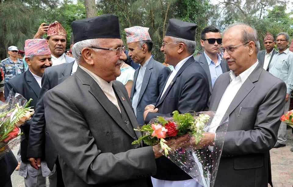 त्रिविका कुलपति तथा प्रधानमन्त्री केपी शर्मा ओलीलाई एक कार्यक्रममा स्वागत गर्दै सेवा आयोगका अध्यक्ष शर्मा। फाइल तस्बिर।