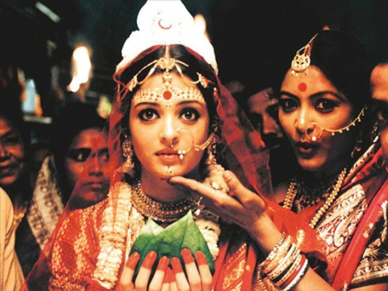 बंगाली निर्देशक रितुपर्णो घोषले सिने रूपान्तरण गरेको 'चोखेर बाली' को एक दृश्यमा अभिनेत्री ऐश्वर्या राय। उनले यसमा विनोदिनीको भूमिका गरेकी छन्।