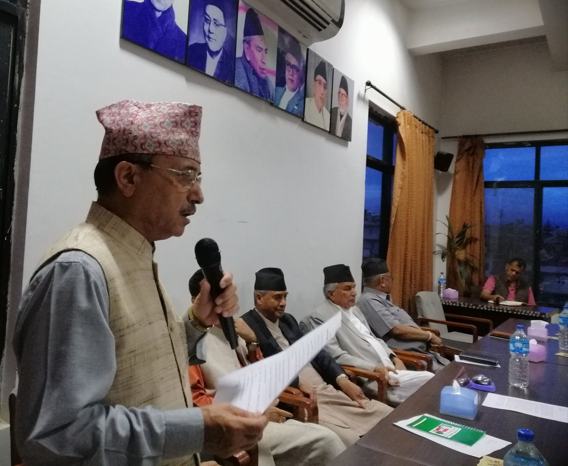 केन्द्रीय समिति बैठकमा एजेन्डा प्रस्तुत गर्दै महामन्त्री पूर्णबहादुर खड्का। तस्वीर: विश्वप्रकाश शर्माको ट्वीट