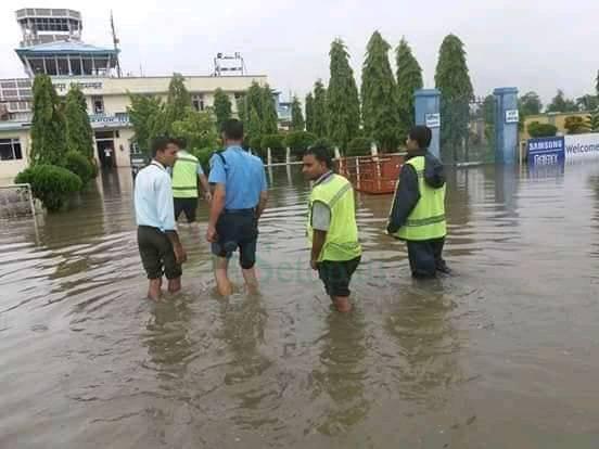 जनकपुर विमानस्थलको धावन मार्गमा पसेको पानी। तस्वीर: नेहा झा/सेतोपाटी