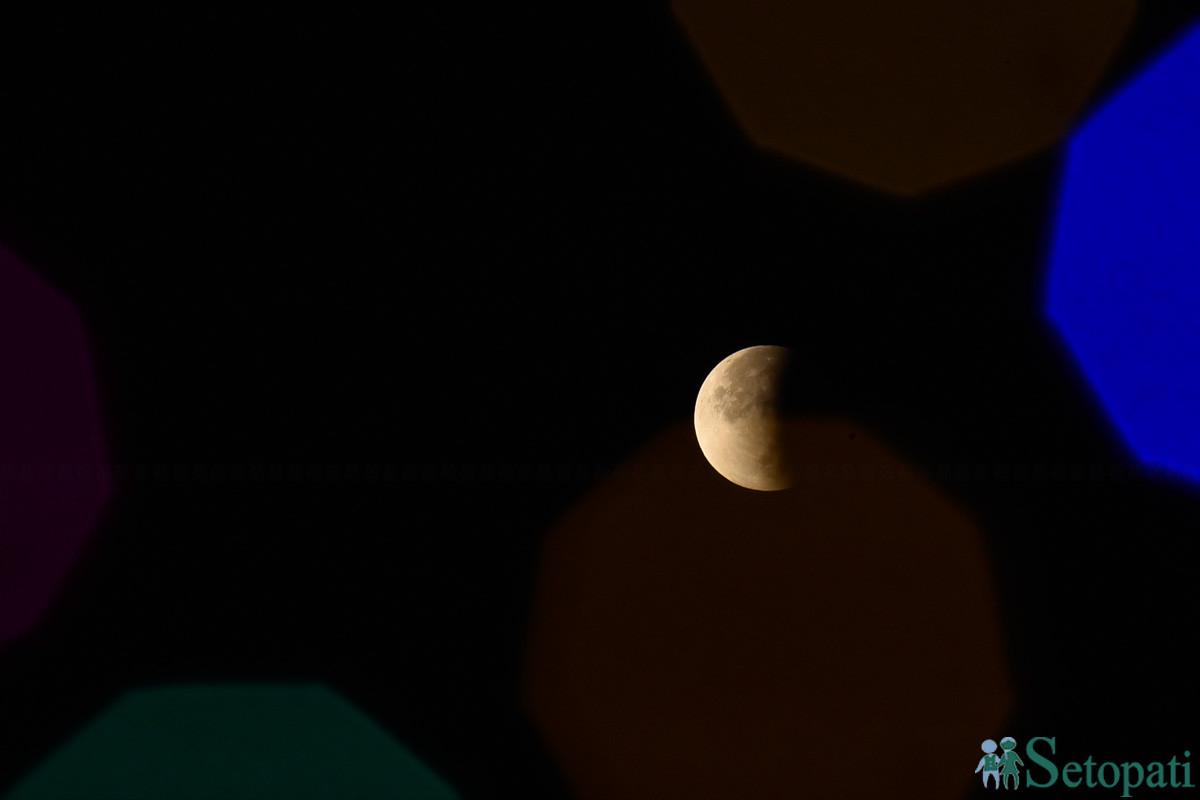कीर्तिपुरबाट रााति ३ः४५ बजेतिर देखिएको खण्डग्रास चन्द्रग्रहणको दृश्य। तस्बिरः नारायण महर्जन