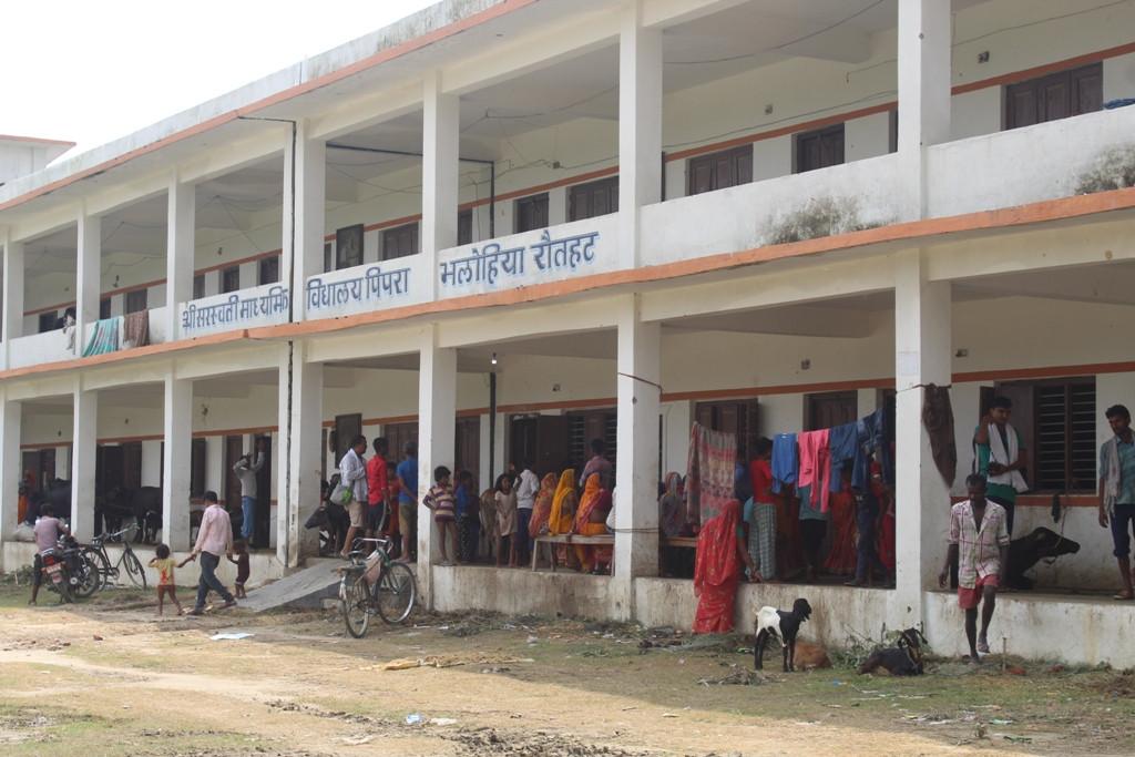 विद्यालयमा शरण लिएर बसेका बाढी पीडित