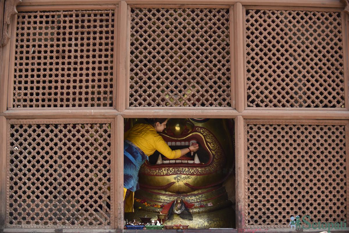 बसन्तपुर दरबार परिसरमा रहेको श्वेत भैरबको मुर्ति सफा गर्दै पूजारी। दशैं र इन्द्रजात्राका दिन बर्षमा दुइ पटक मात्र खुला रहने यो मन्दिर हिजोआज दिनहुँ खुल्छ। तस्वीर: नारायण महर्जन
