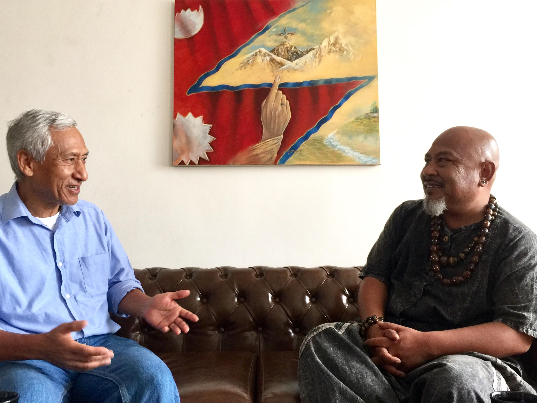 संगीतकार-गीतकार विक्रम गुरुङ र लेखक कुमार नगरकोटी। तस्बिरः गिरीश गिरी/सेतोपाटी