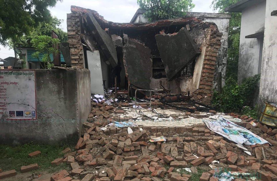 विप्लव समूहले आगो लगाएपछि भत्किएको बर्दियाको गेरुवा गाउँपालिका-६ को वडा कार्यालय।