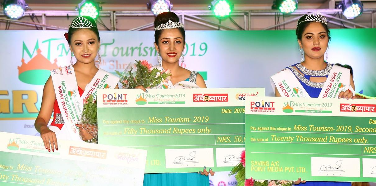 चौथो मिस टुरिजम नेपाल २०१९ का विजेता आरजु पोखरेल, फष्ट रनरअप यूसीका तुलाधर र सेकेन्ड रनरअप सोबिता न्यौपाने । तस्बिर: प्रदीपराज वन्त