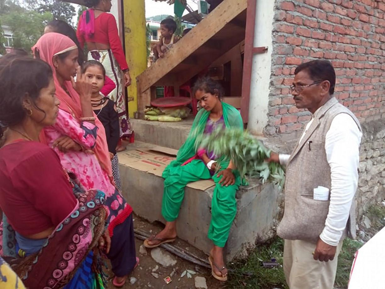 सर्पले डसेर बिरामी भएकी अनितालाई झारफुक गर्दै  दिपायल सिलगढी नगरपालिका-१ का वडाध्यक्ष बहादुर खड्का। तस्बिर: विमलबहादुर विस्ट/रासस