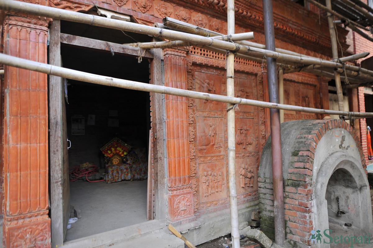 भक्तपुरको 'विश्वकर्मा भैल प्याखँ खलः' को निर्माणाधीन द्यः छेँ (भगवान घर)। तस्बिरः नारायण महर्जन/सेतोपाटी
