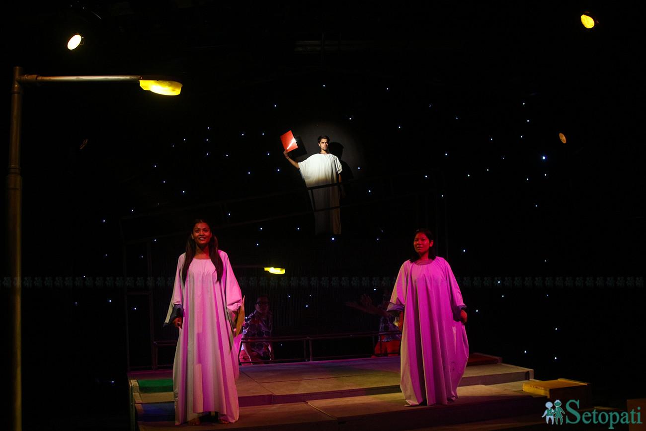 गुम्फन नाटकको दृश्य। तस्बिरः निशा भण्डारी/सेतोपाटी