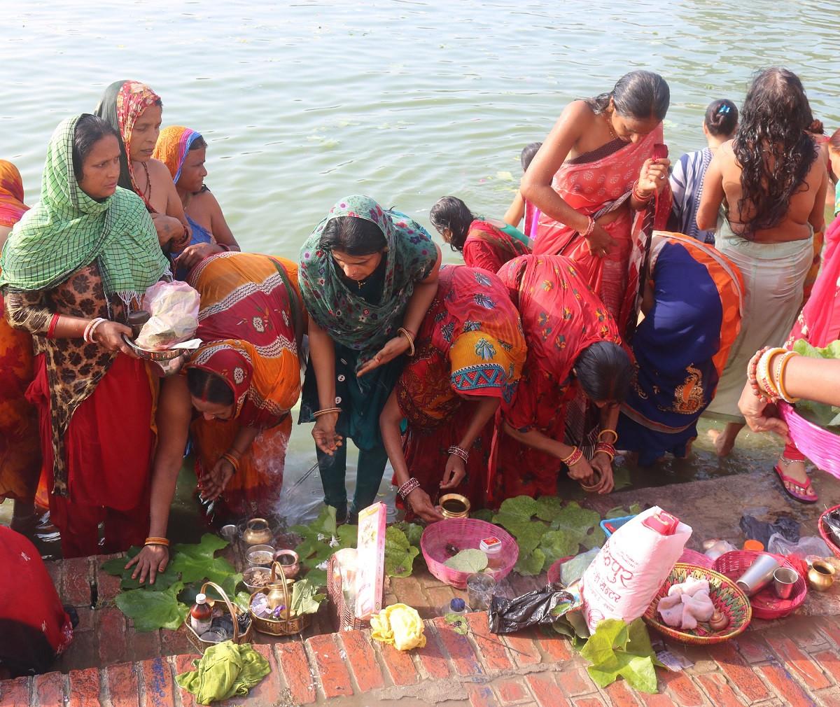 मैथिली समुदायका महिलाले मनाउने जितीयापर्वअन्तर्गत व्रतालुद्वारा शुक्रबार जनकपुरधामको गङ्गासागरमा स्नानगरी पुजा बिधि  (तेलखरि विधि) गरिँदै। तस्वीर: हिमांशु चौधरी