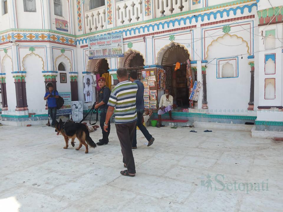 जानकी मन्दिरमा तालिमप्राप्त कुकुरसहित चेकजाँच गर्दै प्रहरी। तस्बिर : नेहा झा/सेतोपाटी।