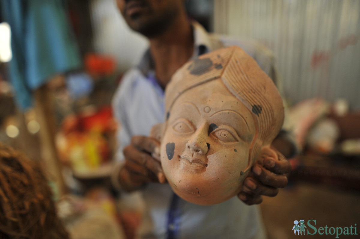 मूर्तिको आकृति तयार गरिँदै। तस्बिरः नारायण महर्जन/सेतोपाटी