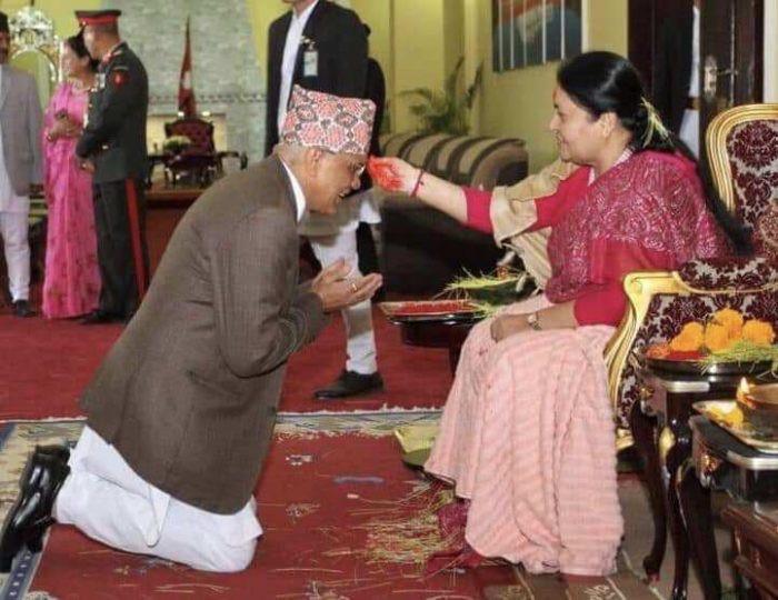गत वर्ष दसैंमा राष्ट्रपति विद्यादेवी भण्डारीको हातबाट टीका थाप्दै पूर्व प्रधान्यायाधीश गोपाल पराजुली।