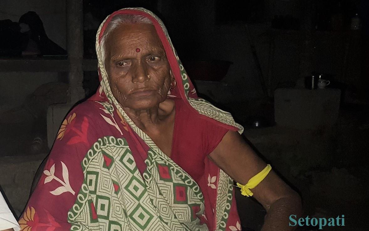रौतहट हत्याकाण्डमा मारिएका त्रिलोकप्रताप सिंह राजपुत(पिन्टु)की आमा कमलादेवी राजपुत। तस्बिरः राकेश यादव/सेतोपाटी
