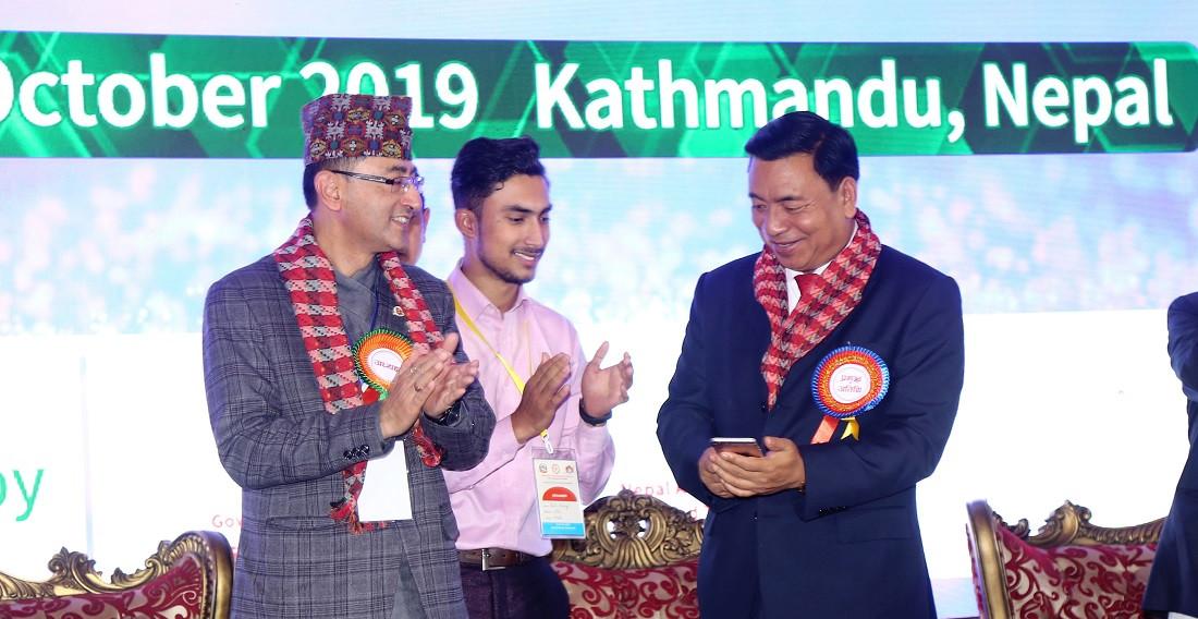 उपराष्ट्रपति नन्दबहादुर पुन सोमबार काठमाडौँमा आयोजित अन्तराष्ट्रिय युवा वैज्ञानिक सम्मेलनको डिजिटल प्रविधि मोबाइलमार्फत उद्घाटन गर्दै। तस्बिरः प्रदीपराज वन्त, रासस