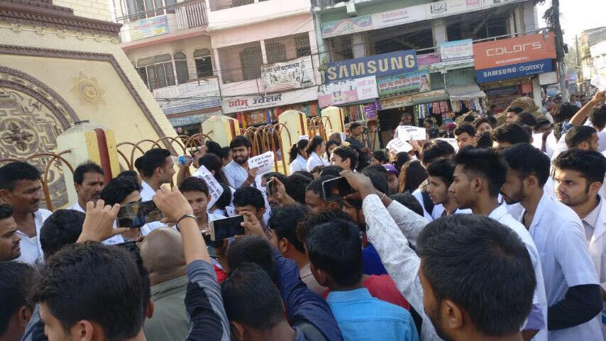 नेसनल मेडिकल कलेजमा आन्दोलन गर्न पुगेका विद्यार्थी। तस्बिर: सेतोपाटी