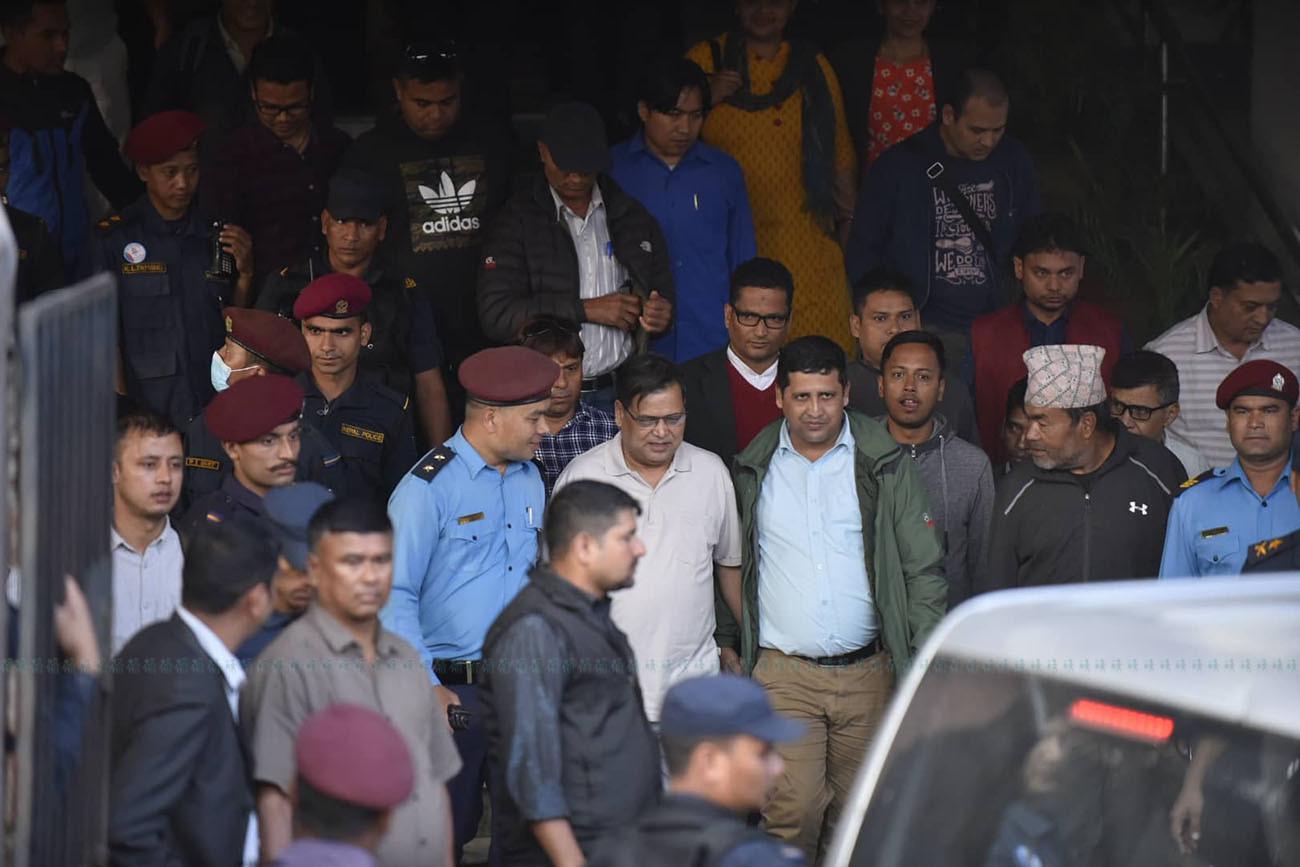 बलात्कार अभियोग लागेका पूर्वसभामुख कृष्णबहादुर महरालाई जिल्ला अदालतबाट हिरासतमा लगिँदै। फाइल तस्बिर: सेतोपाटी