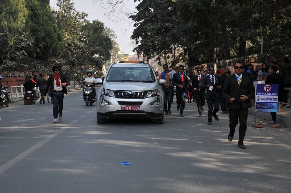शनिबार काठमाडौंमा भएको जनमत पार्टीको  आमसभामा सिके राउत चढेको गाडीको सुरक्षा गर्दै कार्यकर्ता। तस्बिर: सेतोपाटी।