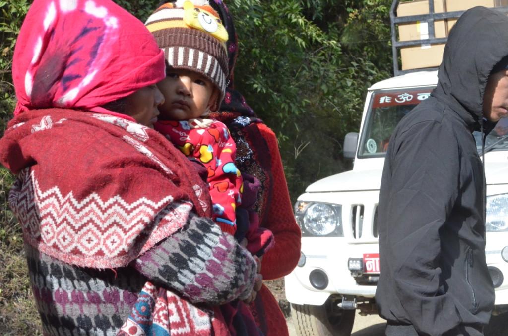 चालक ओम थापाकी श्रीमती पूजा छोरीसाथ घटनास्थलमा। तस्बिर: भगवती पाण्डे/सेतोपाटी