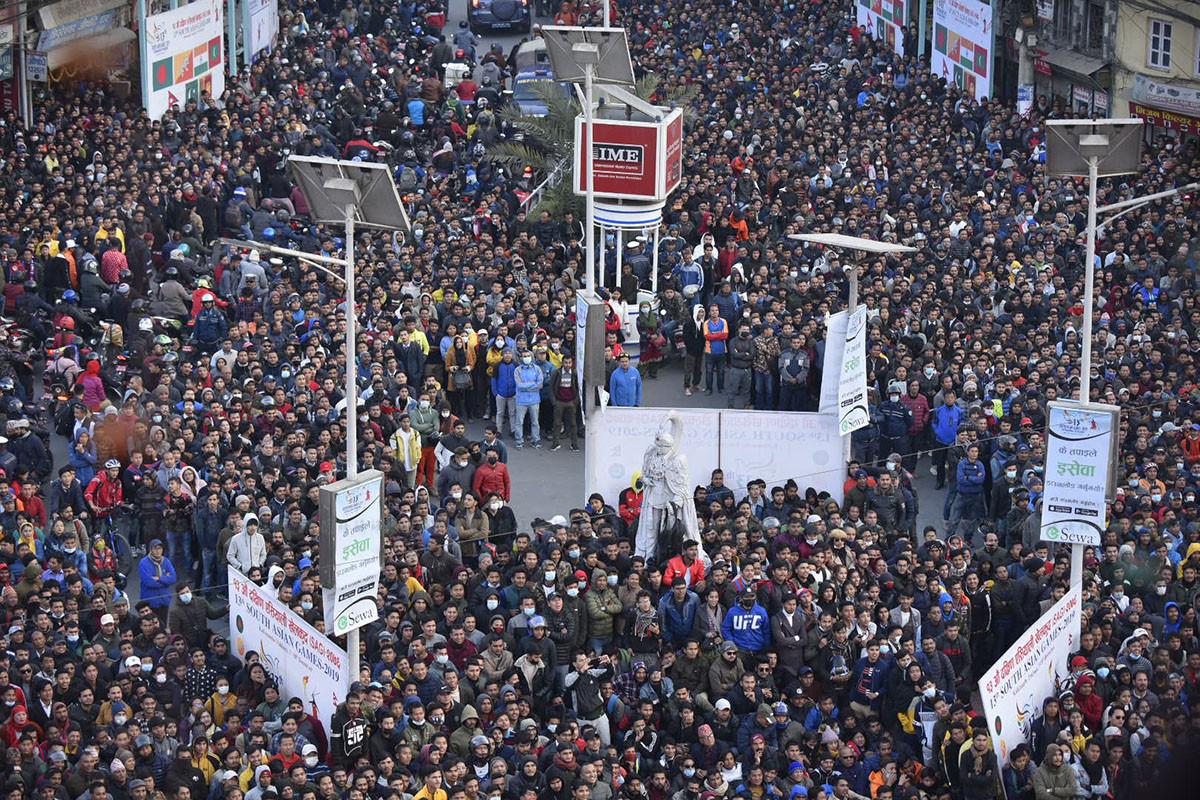 १३ औं साग अन्तर्गत भएको फुटबलमा नेपाल भर्सेस भुटानविरूद्धको खेल दशरथ रंगशाला बाहिर हेर्नेको क्रेज। तस्बिर : नारायण महर्जन/सेतोपाटी