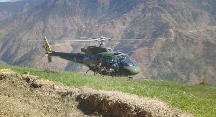 मंसिर १७ गते सुत्केरी हुन नसकेकी महिलालाई उद्दार गर्न जाजरकोट गएको नेपाली सेनाको हेलिकप्टर। तस्वीरः दिपकजंग शाही/सेतोपाटी