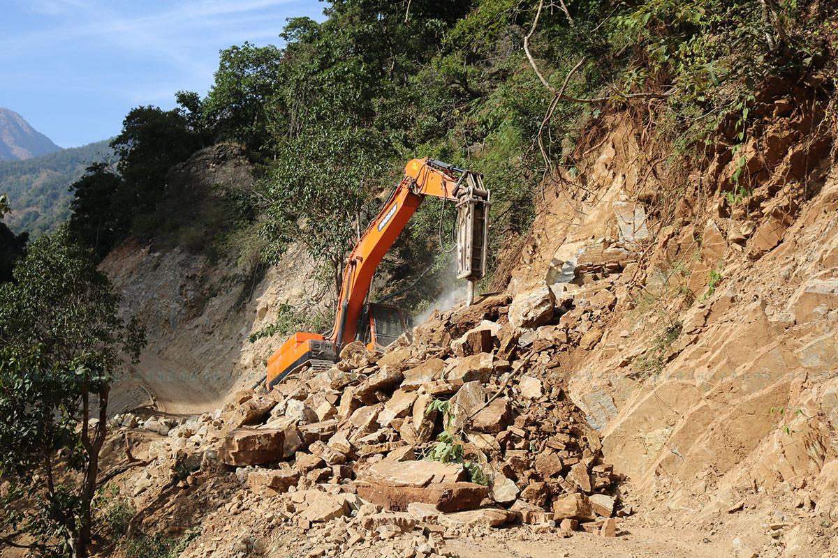 इआइए नै नगरी तुलसीपुरको पहाडमा धमाधम डोजर चलाइँदै