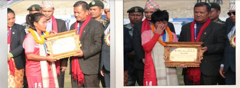 सन्यास लिएपछि सम्मानपत्र बुझ्दै खेलाडी मनमाया लिम्बु (बायाँ) र कप्तान निरु थापा (दायाँ)।