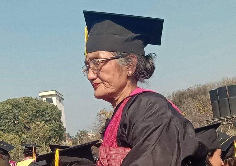 ७० वर्षीया नानीमैयाँ श्रेष्ठ दीक्षान्त समारोहमा। तस्बिर सौजन्यः सरिता काफ्ले