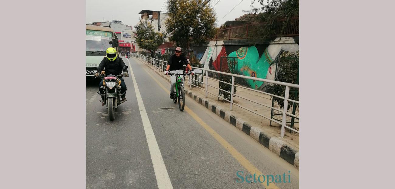कुपन्डोल-पुल्चोक साइकल लेनमा साइकल चलाउँदै। तस्बिरः समिक्षा अधिकारी