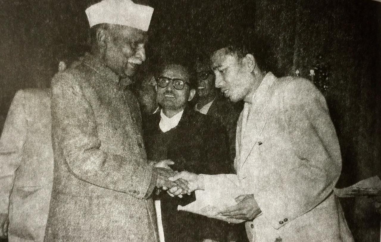 भारतका प्रथम राष्ट्रपति राजेन्द्र प्रसादसँग हात मिलाउँदा