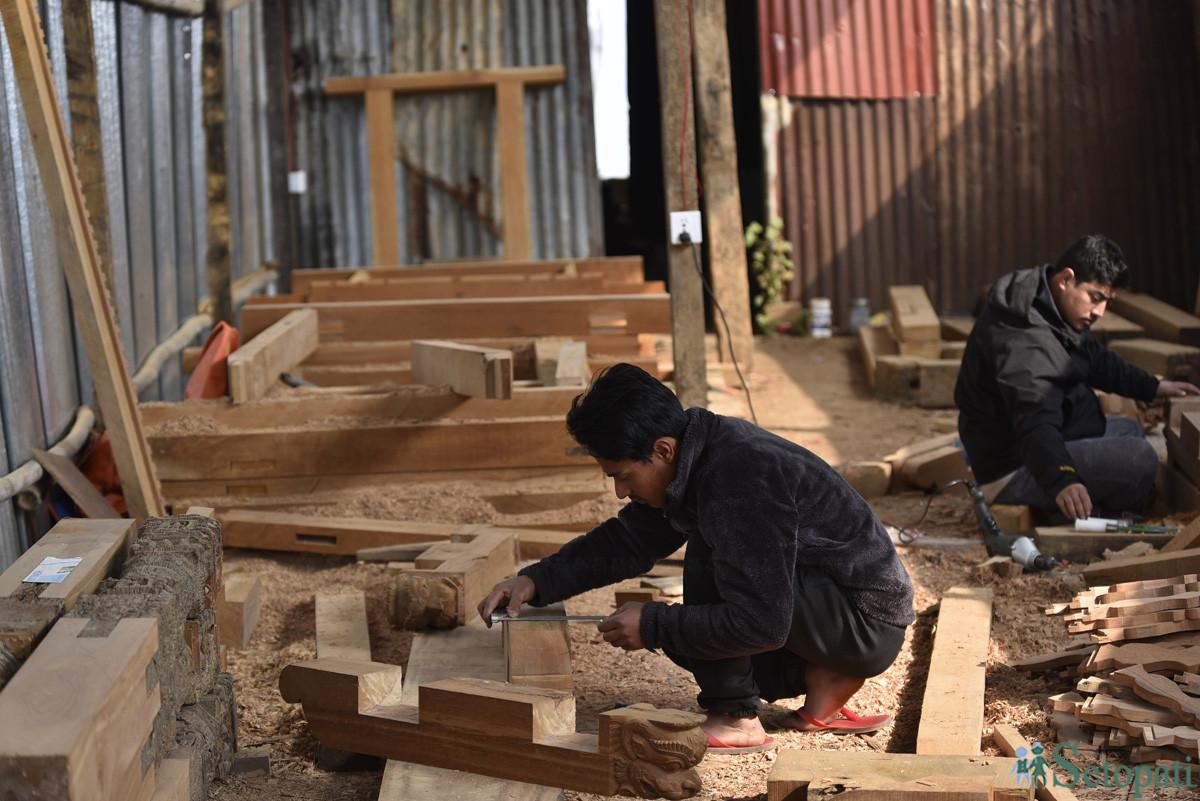 चाँगु नारायण मन्दिरको पुनर्निर्माणका लागि काठको काम गर्दै सिकर्मीहरू। तस्बिरः नारायण महर्जन