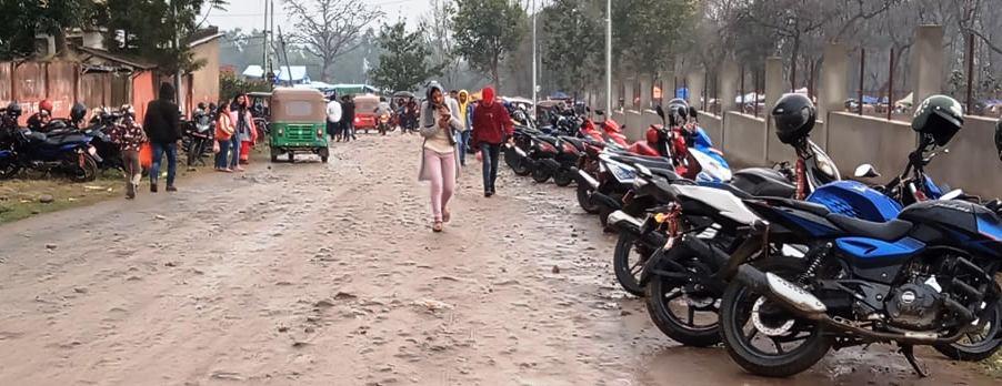 तस्विरः महोत्सवस्थल दक्षिणपट्टि सार्वजनिक बाटोको छेउमा पार्किङ गरिएको मोटरसाइकल ।