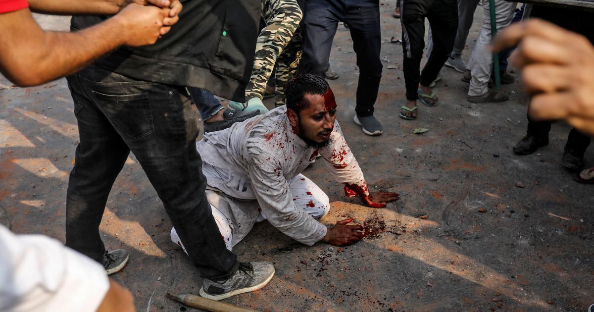 भारतको दिल्लीमा सरकार समर्थकद्वारा नागरिकता कानुनका विरोधीहरूमाथि सोमबार आक्रमण भएका छन्। तस्बिर: रायटर्स