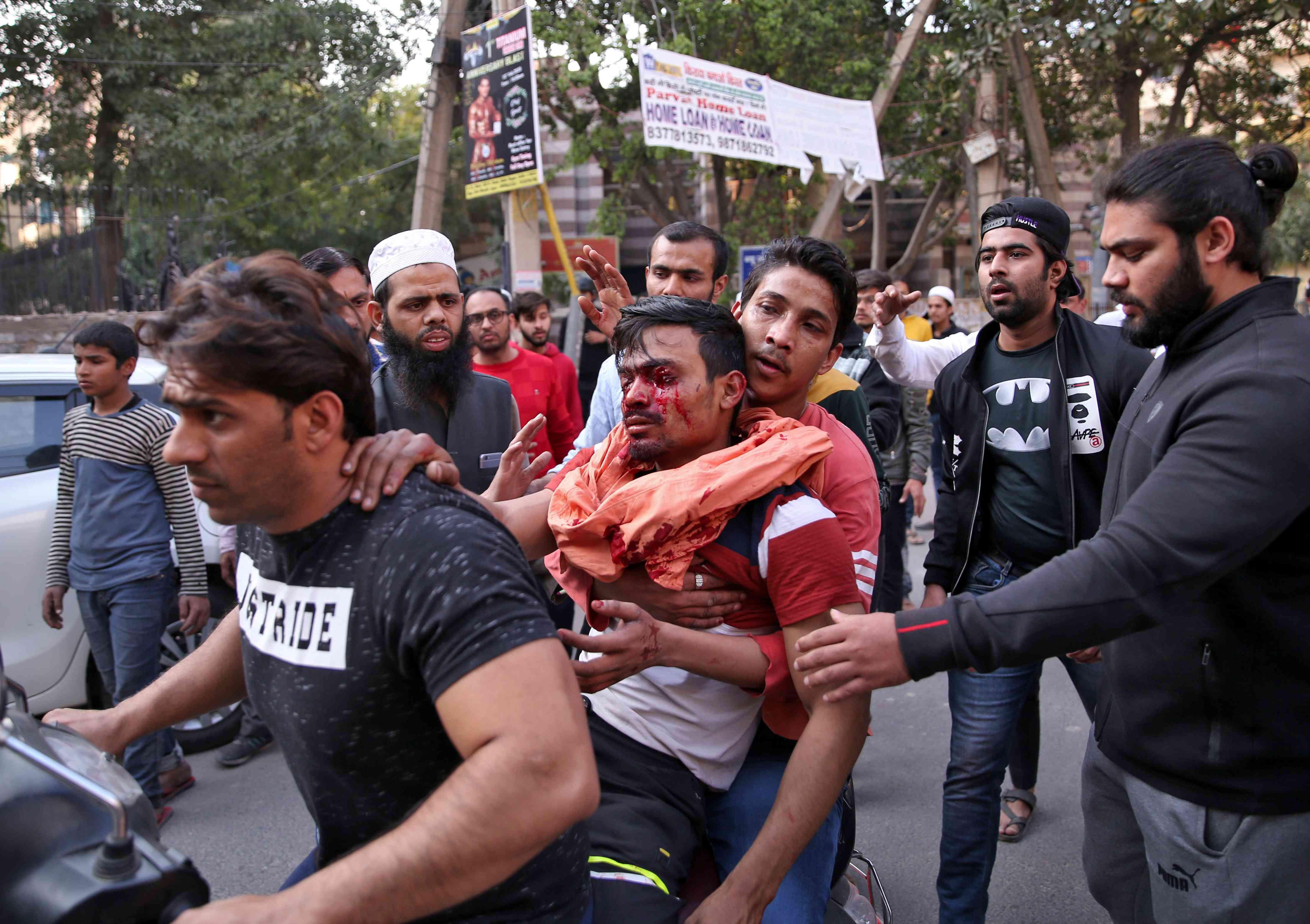 भाइरल भएका भिडिओ र तस्बिरमा हेर्नुहोस्, दिल्लीमा यसरी भड्किँदैछ हिंसा