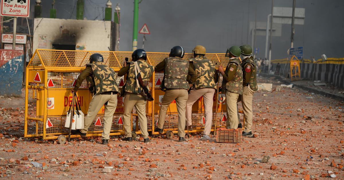 यसरी भड्कियो दिल्लीमा हिंसा: प्रहरीको आँखै अगाडि मुसलमान बस्तीमा आगजनी